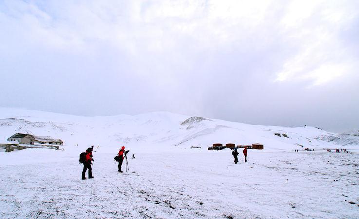 Die Antarktis verzaubert jedes Jahr einige tausend Menschen mit einer beinahe unberührten Natur